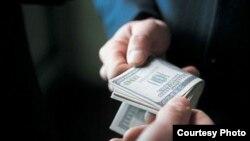 Најчест облик на корупција во пониските структури се пари на рака.