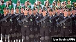 Участники военного парада в честь 27-й годовщины государственной независимости Туркменистана, Ашхабад, 27 сентября, 2018 год.