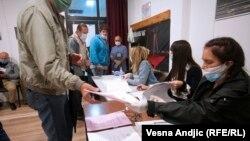 Місця для голосування оснащені захисними масками та антисептиками для рук, виборців закликають поважати фізичну дистанцію