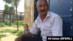 Алпамыс Абдрахманов, за ним сидит Абдулазиз. Первый является отцом, второй — сыном Азамата Абдрахманова, арестованного после нападений 5 июня в Актобе. Шубарши, 23 июня 2016 года.