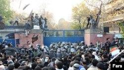İran. Tehran. Səfirliyin qarşısında etiraz aksiyası