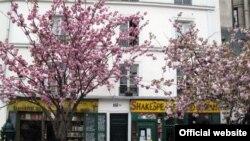 """Открытый в 1951 году магазин """"Шекспир и компания"""" - одно из самых знаменитых литуратурных объектов Парижа"""
