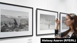 Эта девушка по имени Жамиля прожила в Актау семь лет и бывала в тех местах, которые изображены на фотографиях. Узнав об этой выставке, она сразу решила посетить ее. Алматы, 6 июня 2019 года.