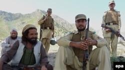 خیبر:- پاکستاني پوځيان او د طالب ضد ام لښکرو وسله وال د خیبر قبایلي سمیه کې امنیت ساتي.۲۸ سپټمبر ۲۰۱۲