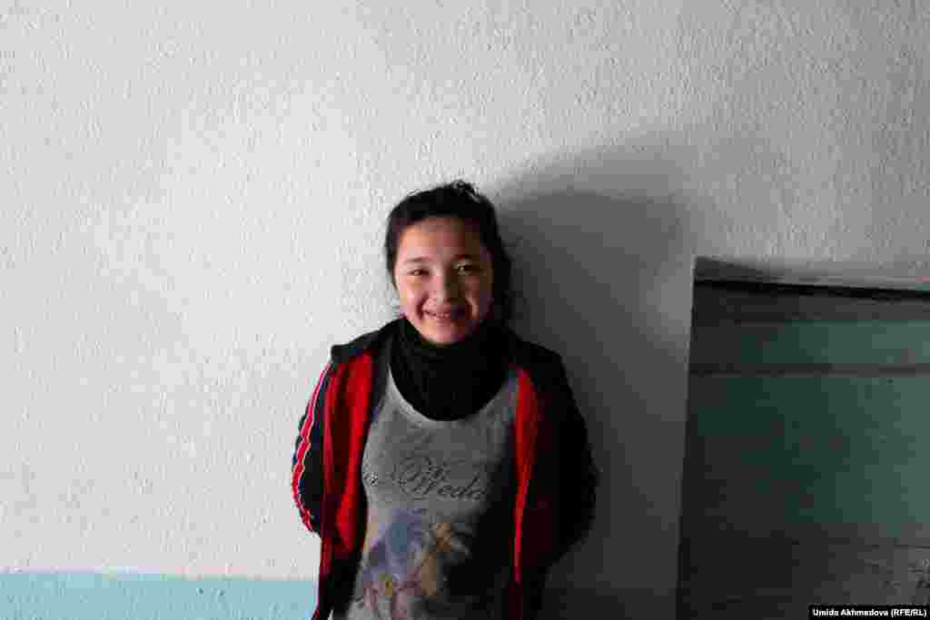 Жанар из села Жамбай. Она рано вышла замуж, родила двух детей, но семейная жизнь не сложилась. Муж постоянно избивал ее. Жанар вернулась к своим родителям.