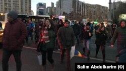 Protestatarii vin în valuri în Piața Victoriei, numărul lor crește de la o oră la alta