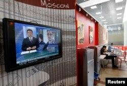 В теленовостях показывают Эварда Сноудена, бывшего сотрудника американских спецслужб. Москва, 26 июня 2013 года.