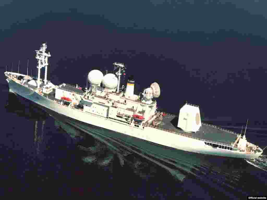 Negdje na moru - Putujuće ostrvo - Ovo je zvanična fotografija putujućeg otoka, američke mornarice, koji ima najmodernije radare, opremu za testiranje raketa i ostalu komunikacijsku opremu.
