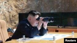 "Cеверокорейский лидер Ким Чен Ын наблюдает за запуском ракеты ""Хвансон 14""."