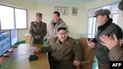 Demiragazyk Koreýanyň lideri Kim Jong-An (O) synaglary barlaýar.