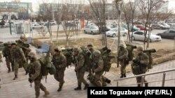 Отряд вооруженных военнослужащих в зимней экипировке. Актау, 21 декабря 2011 года.