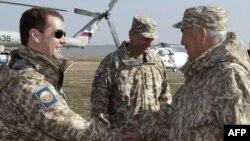 Дзьмітрый Мядзьведзеў вітаецца з Нурсултанам Назарбаевым, архіўнае фота.