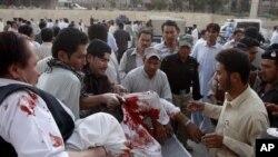 Бүлікшілер оғынан жараланған адамды Кветтадағы ауруханаға жеткізу үшін зембілге салып жатыр. Пәкістан, 20 қыркүйек 2011 жыл.