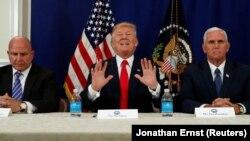 Presidenti Donald Trump gjatë një konference për media pas një takimi me këshilltarin për siguri kombëtare, H.R McMaster dhe nënpresidentin, Mike Pence. Foto nga arkivi