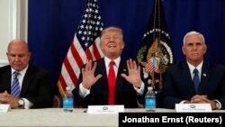 ABŞ-nyň prezidenti Donald Tramp (merkezde)