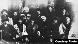 Оренбургга сүргүнгө айдалган кыргыз байларынын бир тобу. 1929. Ж.С.Бөтөнөев сунуштаган архивдик сүрөт.