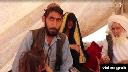 Mohamed Hanif u krilu drži kćerkicu koju je prodao da bi omogućio porodici da preživi.