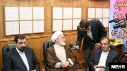 محسن رضایی (چپ) و مهدی کروبی (وسط) دو نامزد انتخابات دهم، پیش از ضبط مناظره تلویزیونی