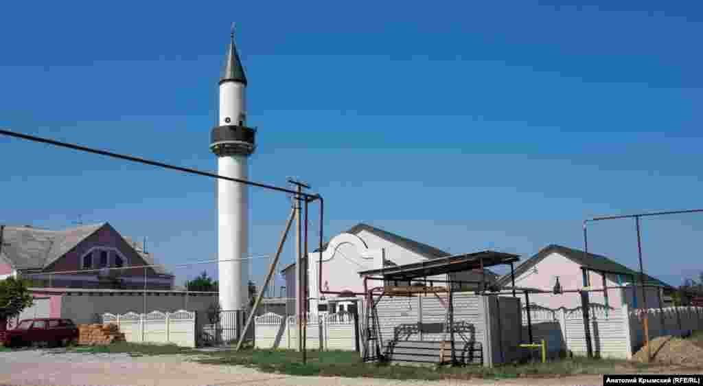 Мечеть на протилежній від шосе частині села звели кримські татари в наші дні