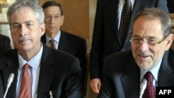 خاویر سولانا (راست) مسئول امرو سیاست خارجی اتحادیه اروپا همراه با ویلیام برنز، معاون وزیر امور خارجه آمریکا در نشست ژنو