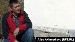 Николай Нестеренко жаңа үйінің қасында отыр. Алматы облысы, Қызылағаш ауылы, 10 қазан 2012 жыл.