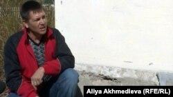 Қызылағаш тұрғыны Николай Нестеренко үйінің жанында отыр. 10 қазан 2012 жыл.