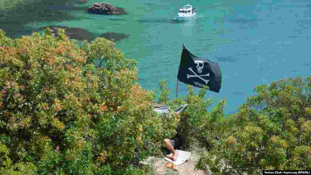 Піратський прапор над кемпінгом на мисі Виноградний. Більше про «індіанців» Виноградного мису– в матеріалі