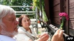 Возложение цветов в день депортации в Литве