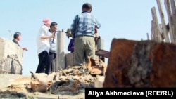Жители села Кольтабан стоят возле колодца.