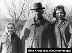 Нина Хрущева, ее мать и Никита Хрущев в его последний день рождения