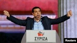 СИРИЗА коалициясының жетекшісі Алексис Ципрас сайлаушылардың алдында жеңістерін жариялап тұр. Афин, 25 қаңтар 2015 жыл.