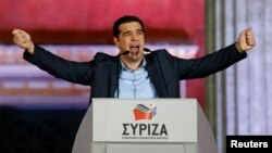 Лидер греческой партии СИРИЗА Алексис Ципрас приветствует сторонников после победы на выборах в парламент. Афины, 25 января 2015 года.