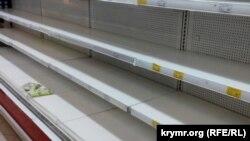 Пустые полки супермаркета «Фуршет» в Керчи, 5 января 2015 год.