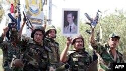 Сирийские военные с портретом президента Асада в руках. Город Дейр-эз-Зор