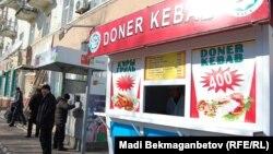 Точка общепита, в которой продают донеры. Карагандинская область, 10 февраля 2013 года.