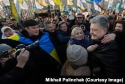 Петр Порошенко общается с демонстрантами во время митинга 8 декабря на Крещатике в центре Киева