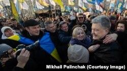 Петро Порошенко спілкується з демонстрантами під час мітингу 8 грудня на Хрещатику в центрі Києва