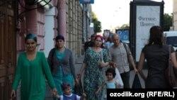 Ресейде жүрген жүрген өзбек мигранттар. Санкт-Петербург, 8 тамыз 2012 жыл.