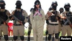 عناصر من قوات البيشمركه في معسكر بدهوك