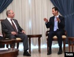 Сергей Гаврилов (слева) разговаривает с президентом Сирии Башаром Асадом. Дамаск, 25 октября 2015 года