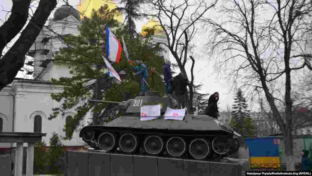 Проросійські активісти мітингують біля кримського парламенту, Сімферополь, 27 лютого
