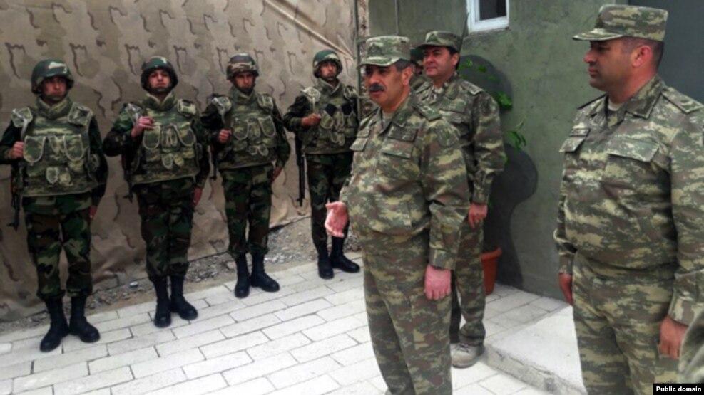 Министр обороны Азербайджана Закир Гасанов на линии соприкосновения (архив)