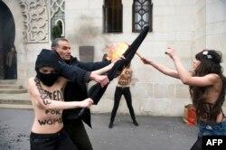 Fransa - Femençilər sələfilərin bayrağını yandırmağa cəhd edir - məscidin qarşısında islamçılara etiraz olaraq, 3 avqust 2013