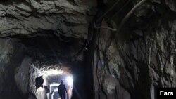 كارگران معدن منگنز در ایران