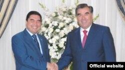 Täjigistanyň prezidenti Imamali Rahmon (sagda) we Türkmenistanyň prezidenti Gurbanguly Berdimuhamedow Aşgabatda, 9-njy oktýabr, 2009 ý.