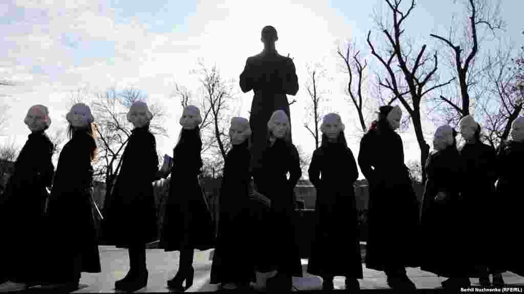 Актори в костюмах Миколи Гоголя під час акції біля пам'ятника українському філософу Григорієві Сковороді на Подолі