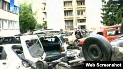 Automobili ispred zgrade policije u Bugojnu nakon eksplozije 27. juna 2010