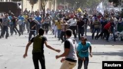 Египеттің бұрынғы президенті Мұхаммед Мурсиді қолдайтындар мен қазіргі билікті жақтаушылар қақтығысып қалған. Каир, 4 қазан 2013 жыл.
