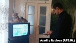 Astarada televizorlar İran kanallarını göstərir.