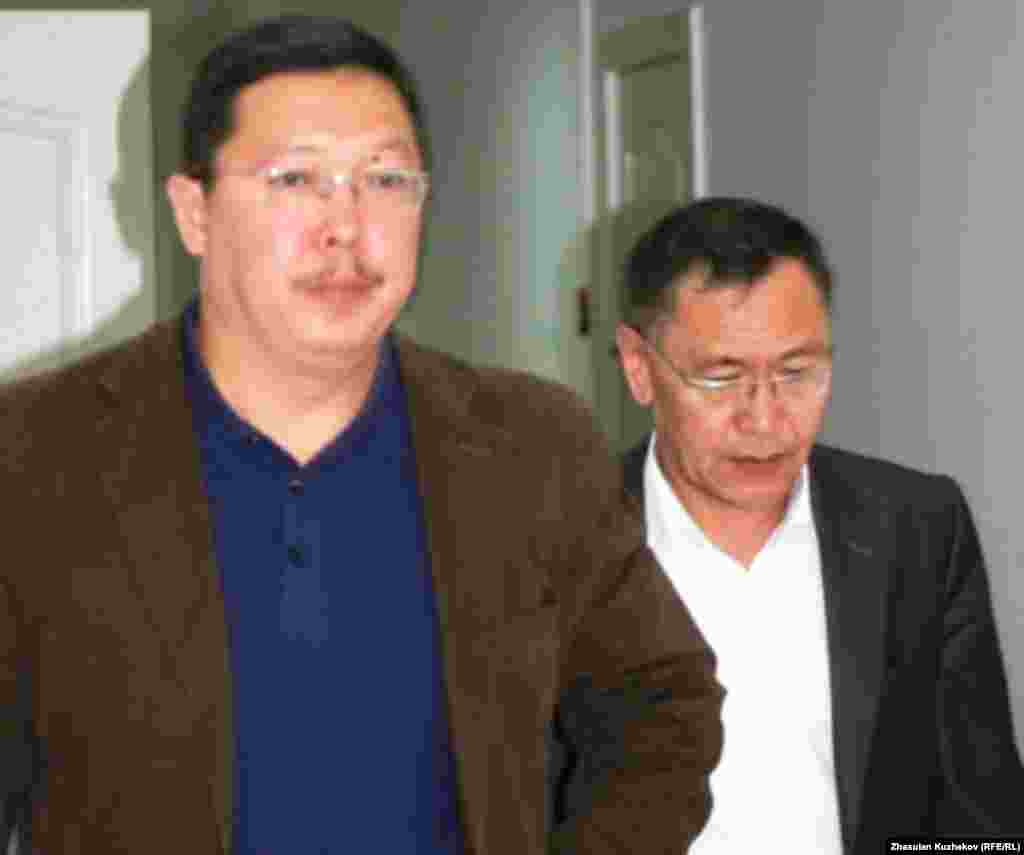 Бывший проректор Медицинской академии Нурлан Дюсалиев (слева). Астана, 3 августа 2011 года.